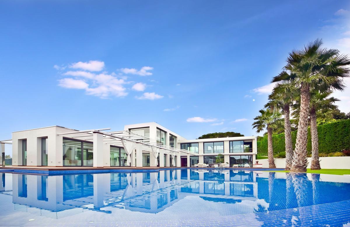 Foto exteriores -fachada reflejada en la gran piscina